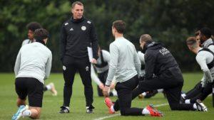 برندن راجرز در حال تمرین بازیکنانش