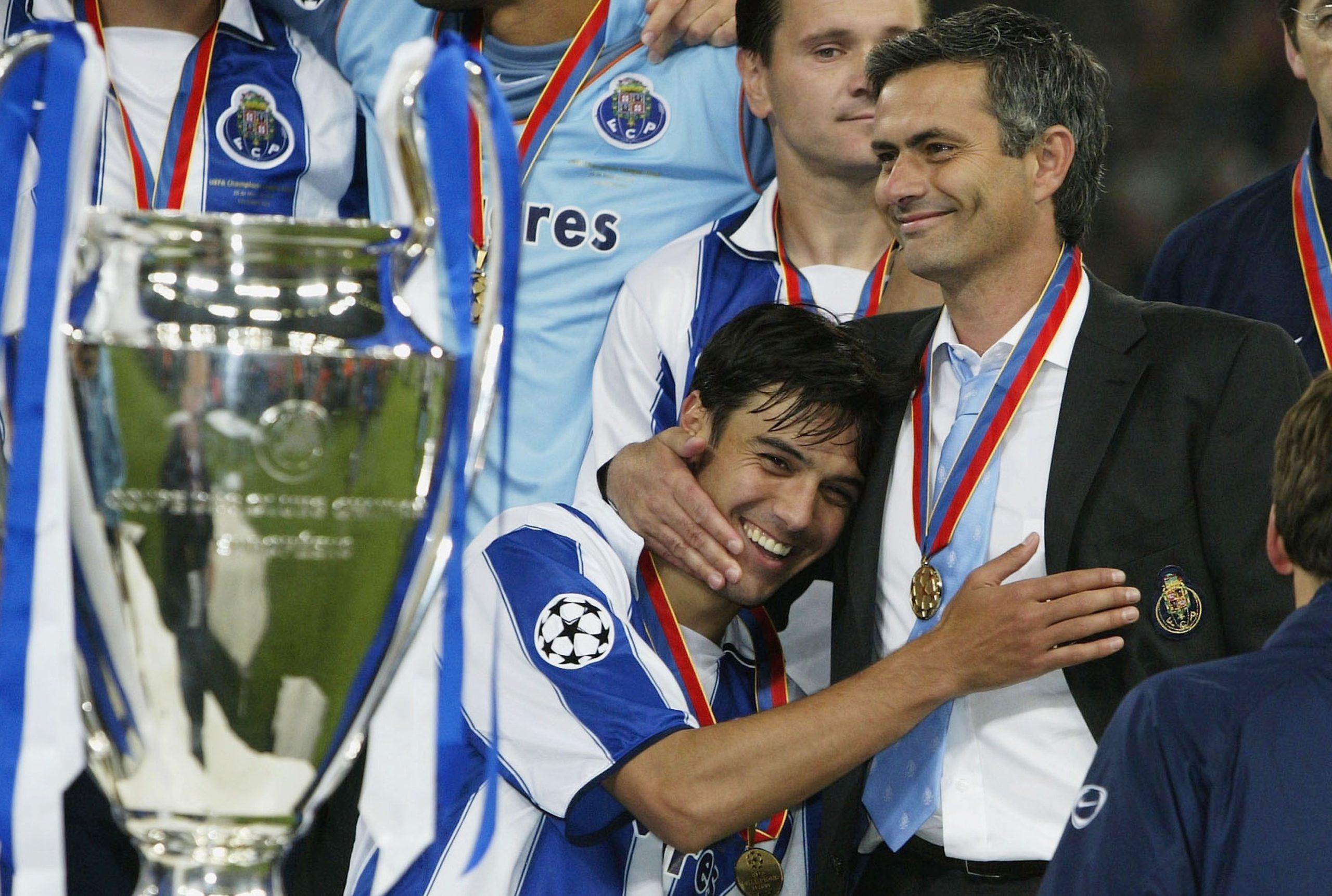 پائولو فریرا کشف مورینیو در لیگ پرتغال در آغوش او پس از قهرمانی اروپا به همراه پورتو